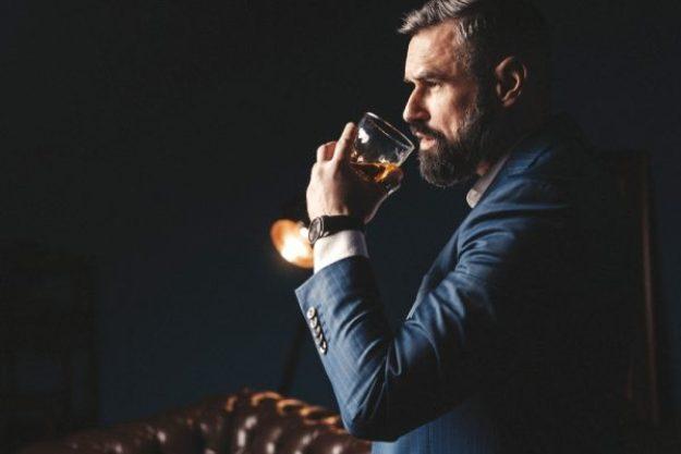 Whisky Tasting Dresden - Mann kostet Whisky