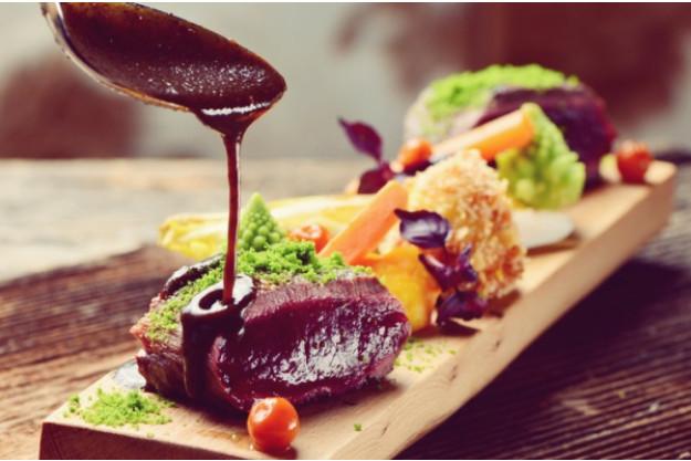 Kochkurs Wuppertal - Fleisch mit Soße beträufeln