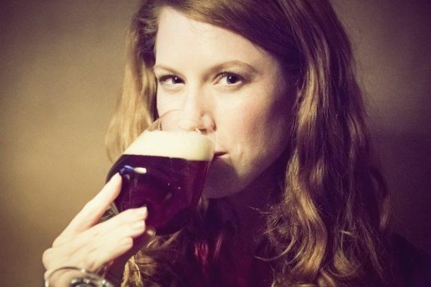 Bierproben-Gutschein –Frau verkostet dunkles Bier