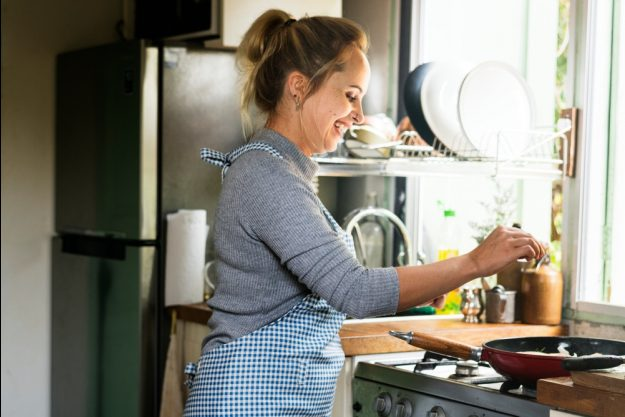 Französischer Kochkurs Wuppertal – Frau kocht in Küche