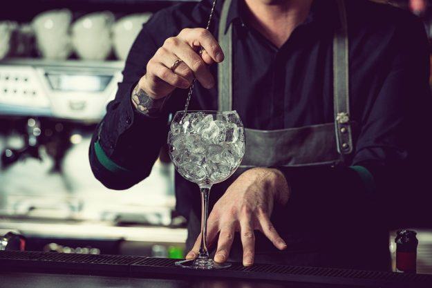 Gutschein Gin-Tasting – Barkeeper rührt Eiswürfeln um