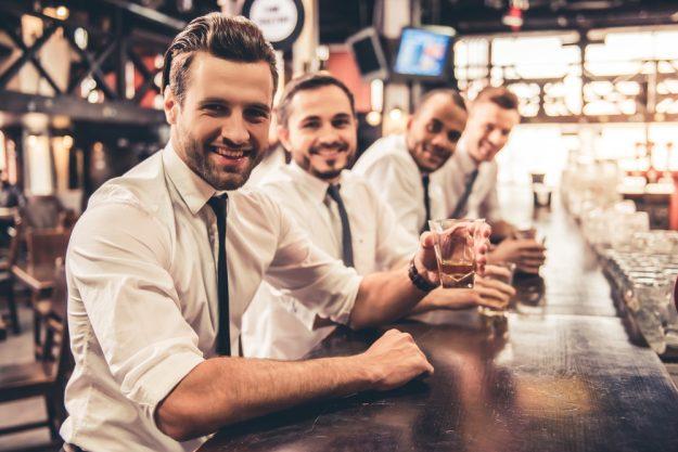 Junggesellenabschied – Männer in der Bar