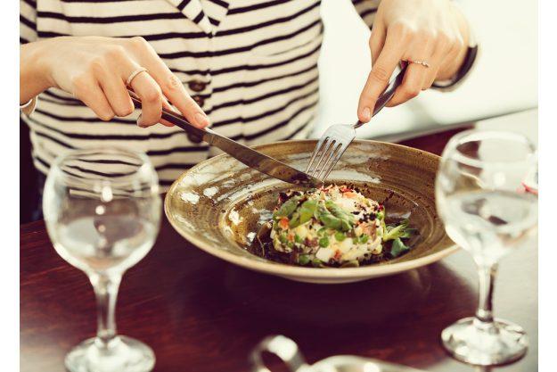 Kochkurs Wuppertal –Frau genießt das gekochte Essen