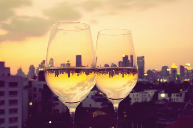 Kulinarische Stadtführung-Gutschein –Weingläser vor der Skyline