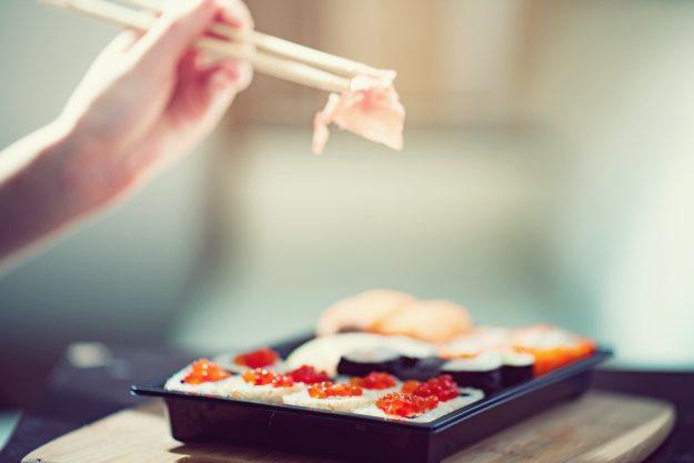Sushi-Kochkurs Wuppertal – Eating Sushi California Rolls