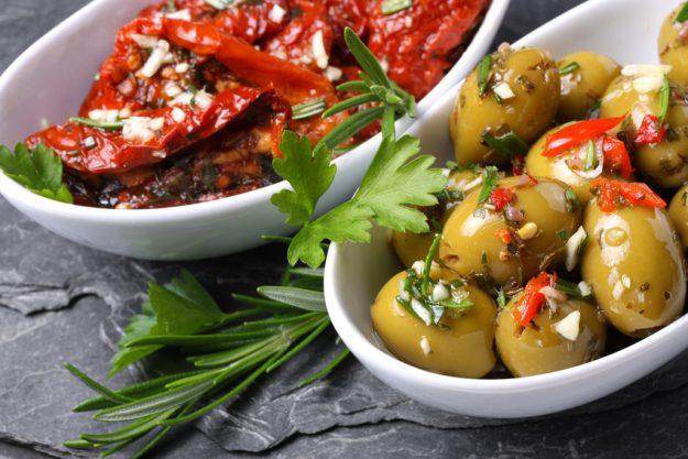 Weihnachtliche Weinparty - Oliven und eingelegte Tomaten