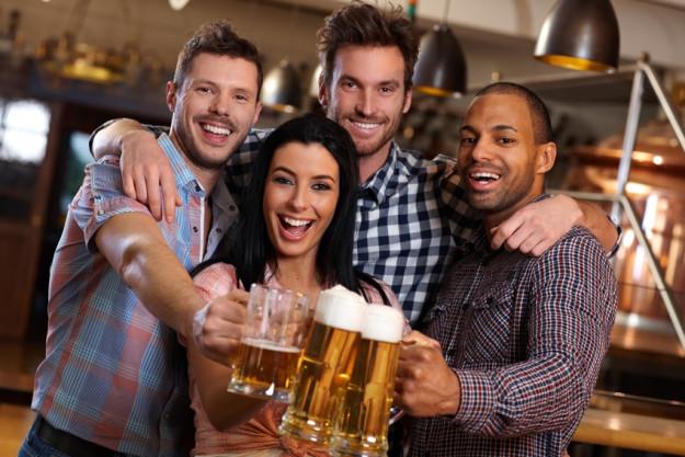 Teambuilding Steak & Bier-Kochkurs München - Kollegen beim Biertrinken