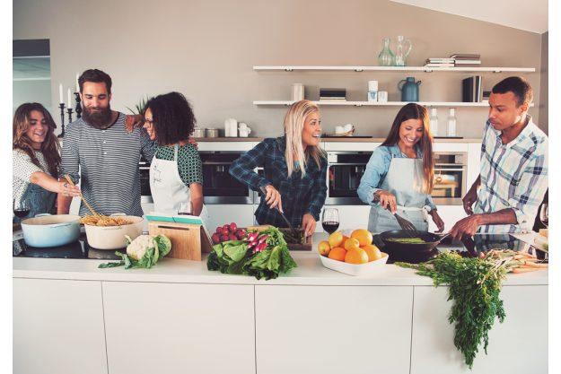 Anfänger-Kochkurs München – Teilnehmer kochen