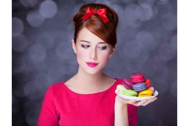 Backkurs München - Frau hält bunte Macarons