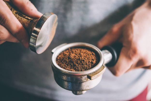 Barista-Kurs München – Kaffeepulver in Siebträger