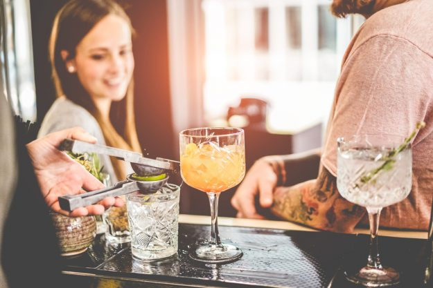 Cocktailkurs in München – Barkeeper mixt an Bar
