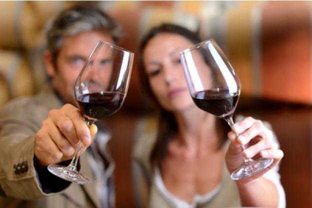 Teambuilding Weinseminar München - Frau und Mann prüfen Wein