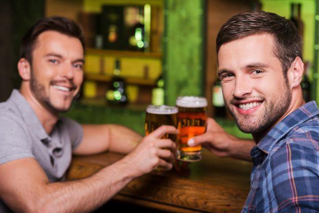 Firmenfeier München - Kollegen trinken Bier