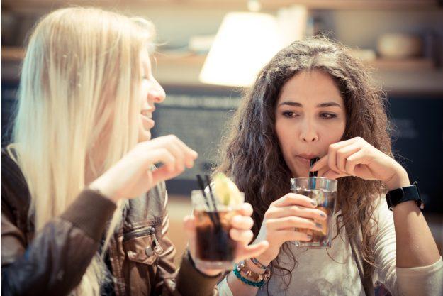 Junggesellenabschied – Freundinnen trinken Drinks