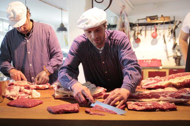 Kochkurs bei Herrmannsdorfer in München (Glonn) – Metzger bei der Arbeit