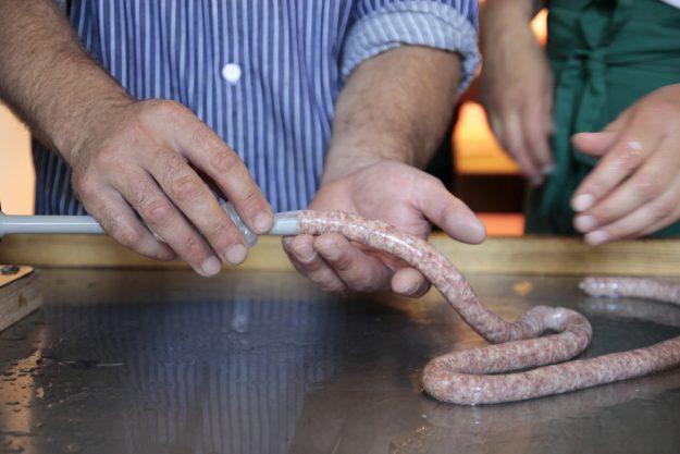 Wurst-Kochkurs bei Herrmannsdorfer in Glonn –  Wurst in Darm füllen