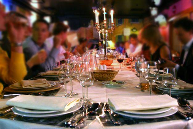 Krimi & Dinner in München - gedeckte Tafel