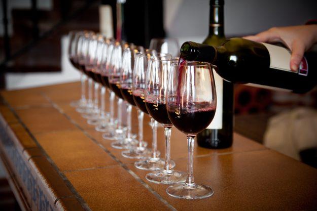 Teambuilding Weinseminar München - Sommelier schenkt Rotwein ein
