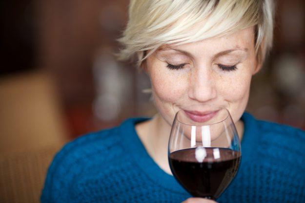 Weinprobe München – Frau riecht am Rotwein