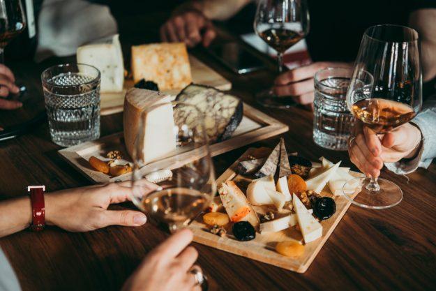 Weinseminar München – Weisswein und Käse auf Holzbrett