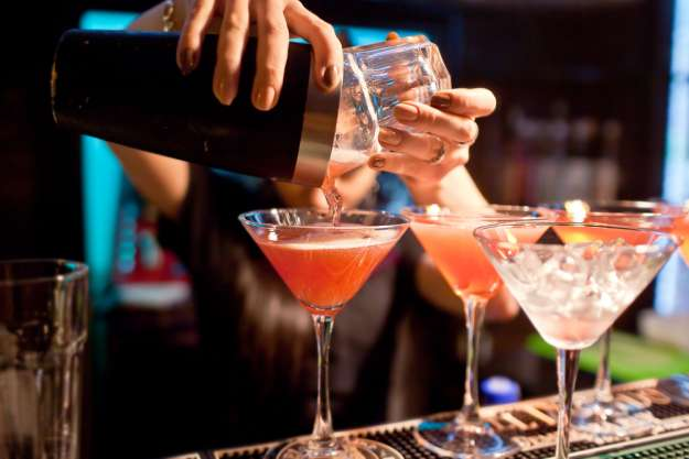 Cocktailkurs in München – Barkeeperin mixt Cosmo