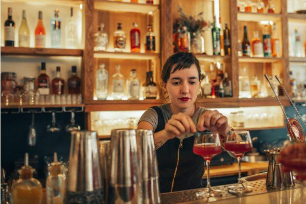 Gin-Tasting Bremen – Frau garniert Gin Tonic