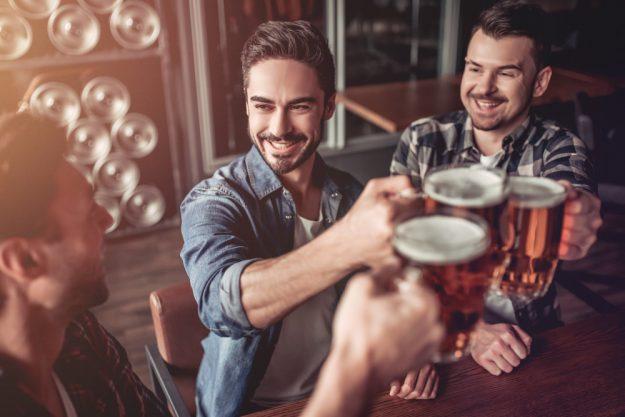 Junggesellenabschied – Männer trinken Bier