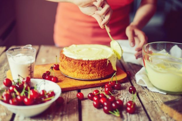 Backkurs-Gutschein –Himmlische Biskuitkuchen mit Zitronenglasur und Kirschen