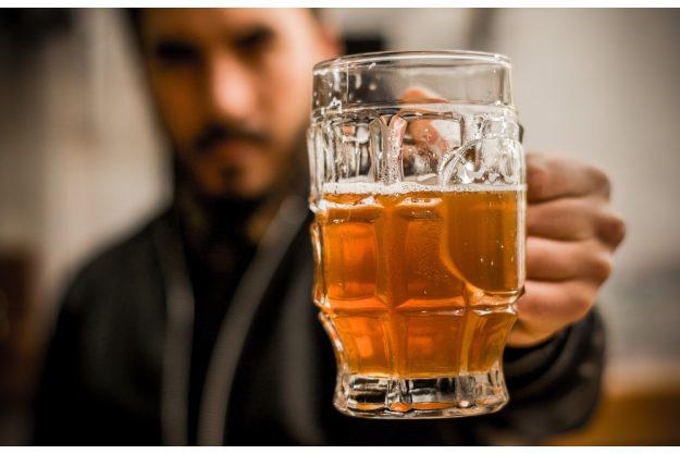 Bierprobe Hamburg – Mann trinkt CraftBier
