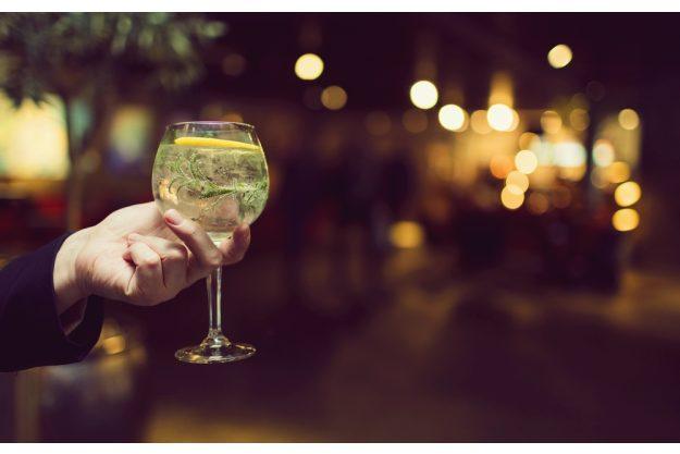 Gin-Tasting Hamburg – Frau hält Gin in der Hand
