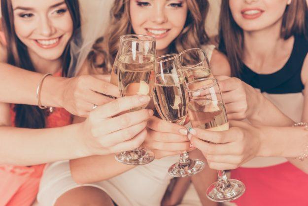 JGA Hamburg – Braut trinkt Wein mit Freundinnen