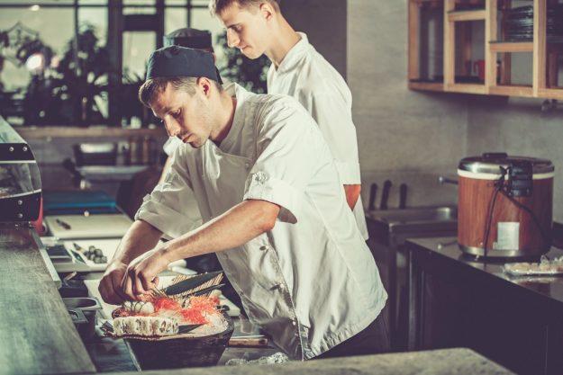 Männer-Kochkurs Neumünster – Männer beim Kochen