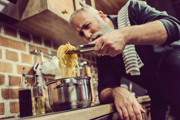 Männer-Kochkurs Neumünster – Spaghetti werden zubereitet