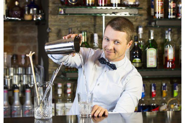 Weihnachtsfeier mit Cocktailkurs Hamburg - Barkeeper gießt ein
