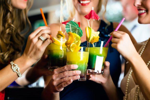 Weihnachtsfeier mit Cocktailkurs Hamburg - Frauen trinken Drinks