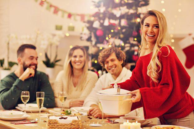 Weihnachtsfeier Hamburg – Kollegen essen zusammen