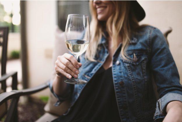 Weinseminar Hamburg – Frau trinkt Weißwein