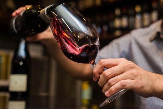 Weinseminar Hamburg - Rotwein einschenken