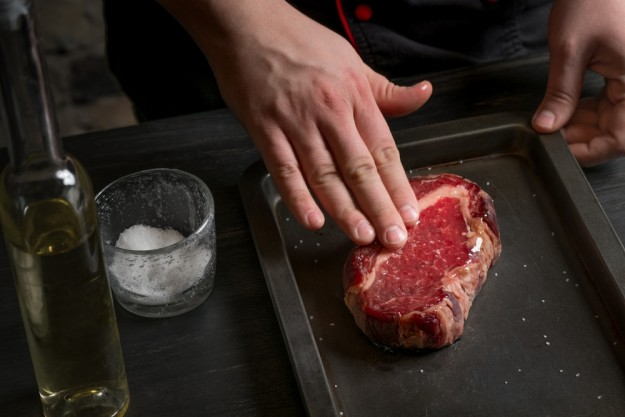 Fleisch-Kochkurs Berlin – Steak salzen