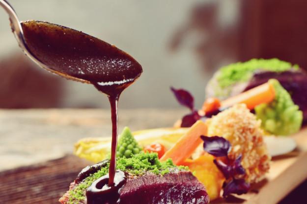 Saucen Kochkurs Fürth - Paar genießt Tomatensoße
