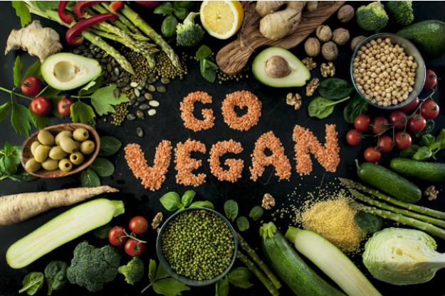 veganer Kochkurs Stuttgart - Frauen waschen frisches Gemüse