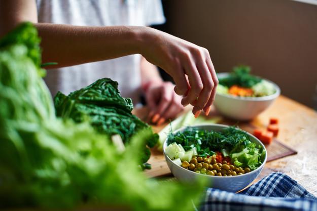 Vegetarischer Kochkurs München - Frau mit frischem Gemüse