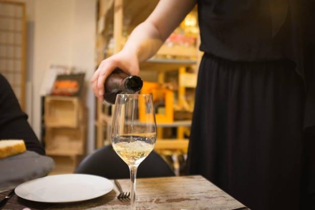 Weinprobe München – Tester schnuppert am Wein