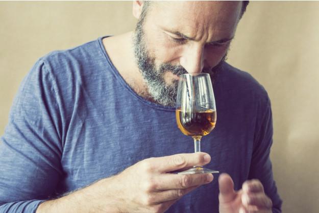Whisky-Tasting Frankfurt-Hofheim – Mann trinkt Whisky