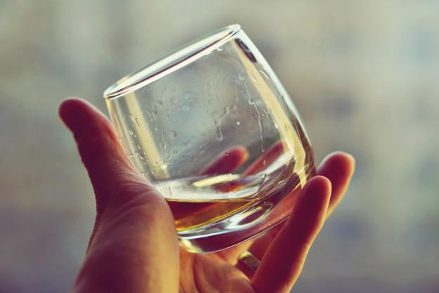 Whisky-Tasting Hamburg –Mann mit Hosenträgern riecht an einem Whisky