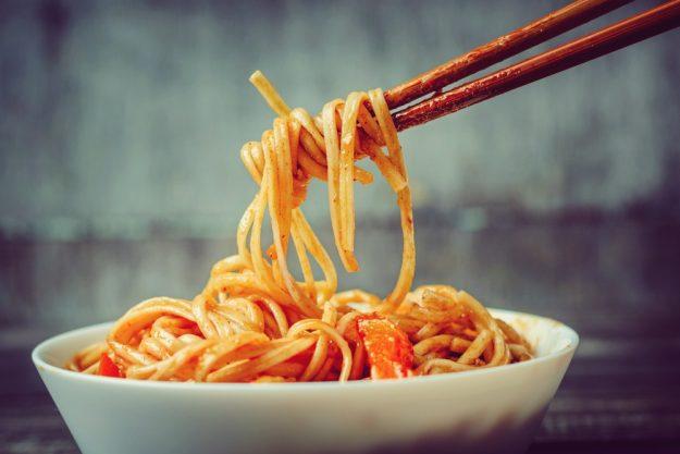 Asia-Kochkurs-Herten – Asia-Nudeln mit Stäbchen essen