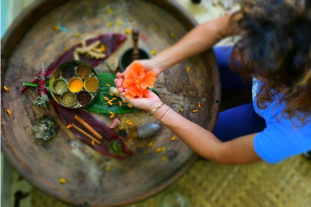 Ayurveda-workshop-koeln-Frau-mit-Gewürzen