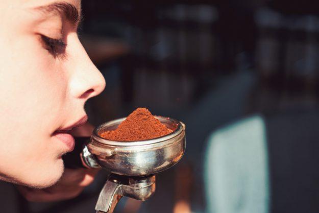 Barista-Kurs München – Frau riecht Kaffeepulver-Duft
