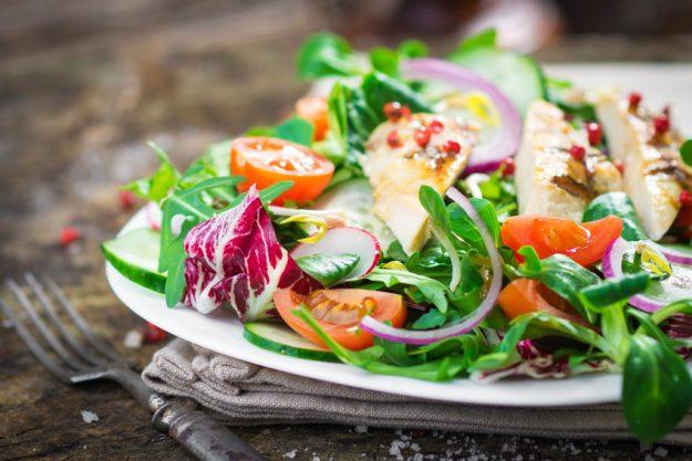 Betriebsausflug Berlin - gemischte Salate mit gebratenem Huhn