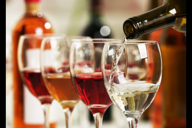 Betriebsausflug - Wein - einschenken